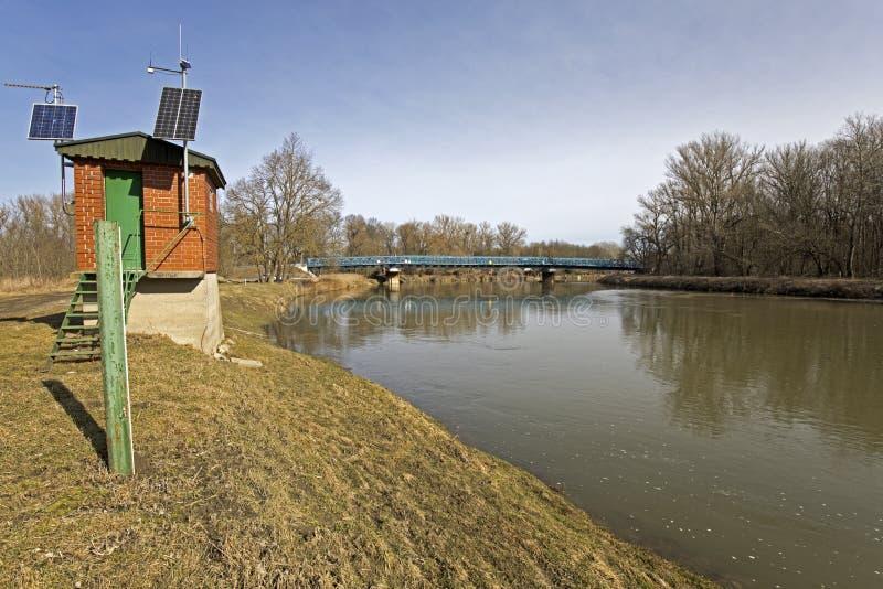El río marzo en una Austria más baja y una pequeña estación del observador cerca del huésped a Eslovaquia imagen de archivo libre de regalías