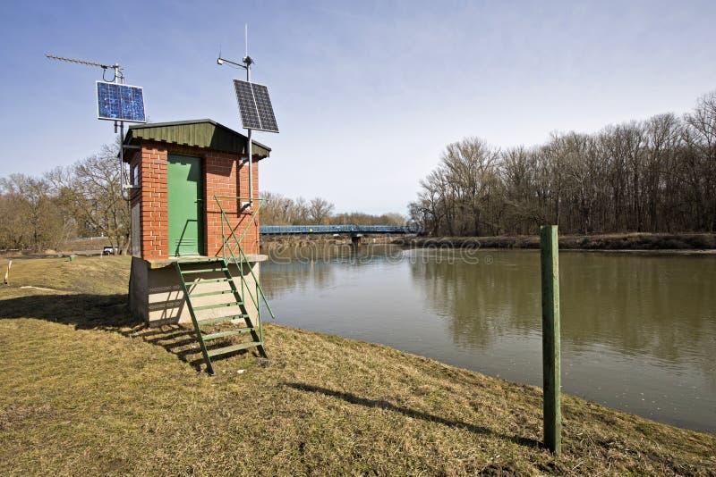 El río marzo en una Austria más baja y una pequeña estación del observador cerca del huésped a Eslovaquia foto de archivo