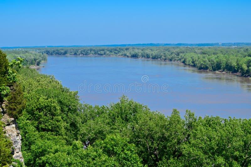 El río Missouri con el bosque imagen de archivo