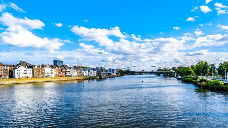 El río Mosa como atraviesa la ciudad histórica de Maastricht en los Países Bajos fotografía de archivo libre de regalías