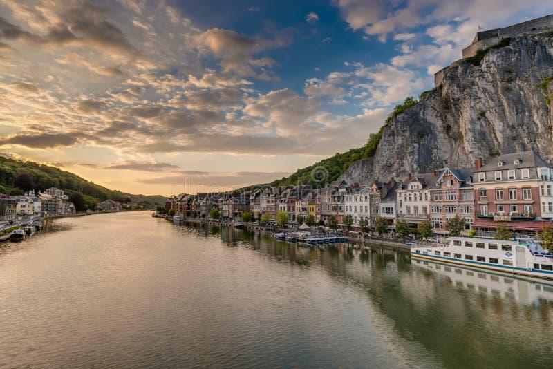 El río Mosa que pasa a través de Dinant, Bélgica imágenes de archivo libres de regalías