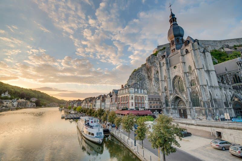 El río Mosa que pasa a través de Dinant, Bélgica fotos de archivo libres de regalías