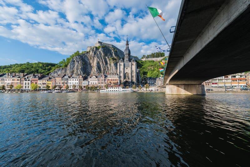 El río Mosa que pasa a través de Dinant, Bélgica fotografía de archivo