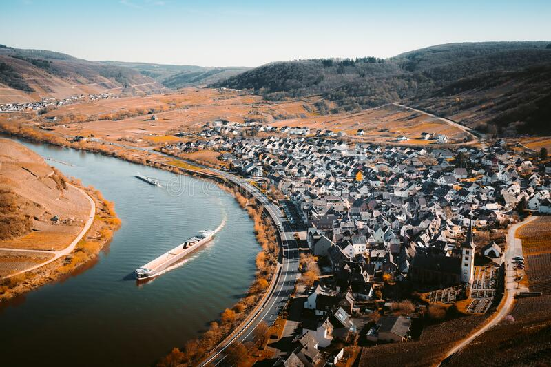 El río Mosela se une a la histórica ciudad de Bremm, Rheinland-Pfalz, Alemania fotografía de archivo