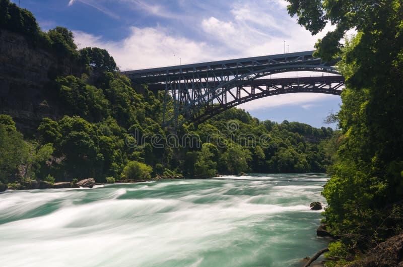 El río Niágara en el puente de Whirlpool en Canadá imagenes de archivo
