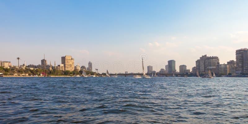 El río Nilo en el corazón de la ciudad de El Cairo, Egipto imagenes de archivo