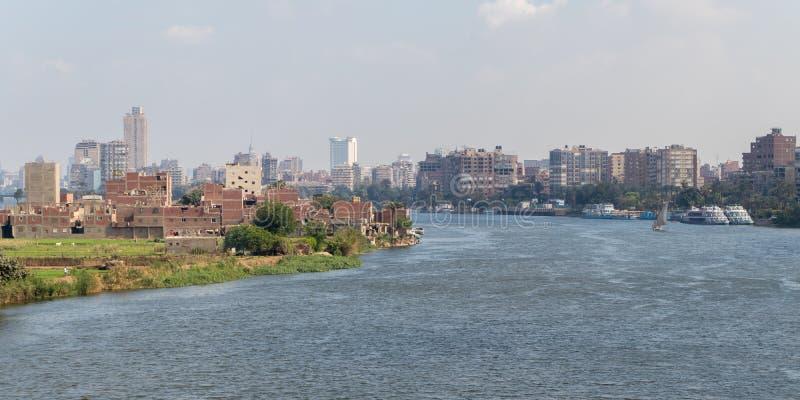 El río Nilo en el corazón de la ciudad de El Cairo foto de archivo
