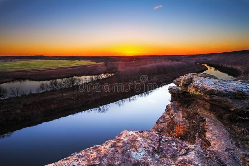 El río Osage en el crepúsculo imagenes de archivo