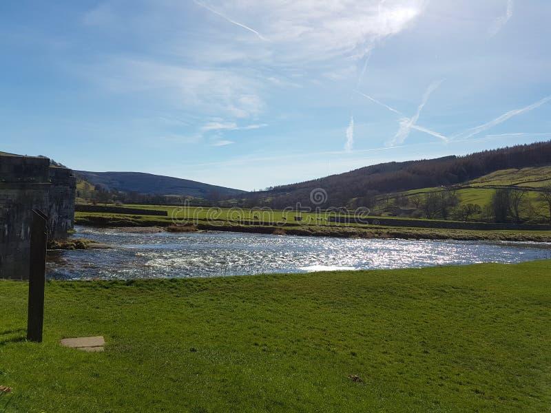 El río precioso que corre a través de burnsall imagenes de archivo
