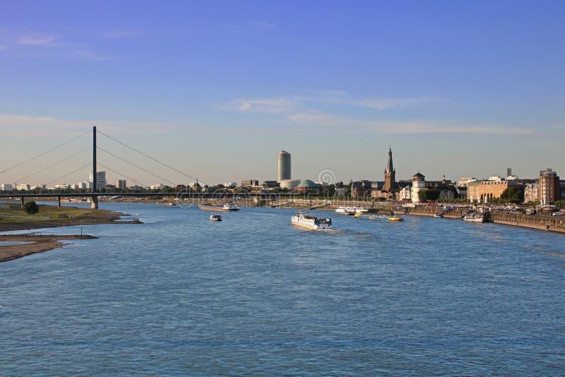 El río Rhine en Düsseldorf, Alemania foto de archivo
