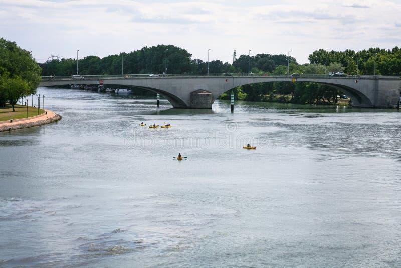 El río Rhone con el puente y las canoas en la ciudad de Aviñón foto de archivo libre de regalías