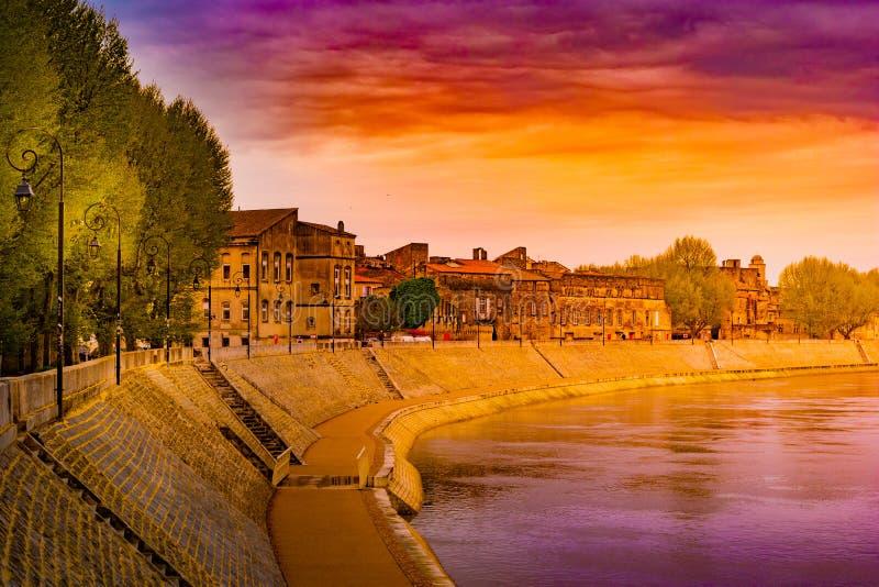 El río Rhone en Arles que pasa por alto la ciudad vieja Buches du Rhone fotos de archivo