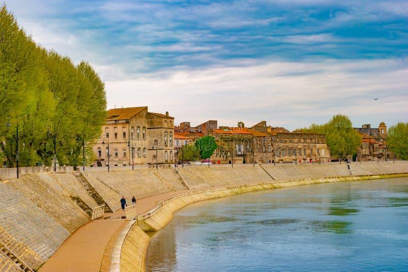 El río Rhone en Arles que pasa por alto la ciudad vieja Buches du Rhone fotos de archivo libres de regalías