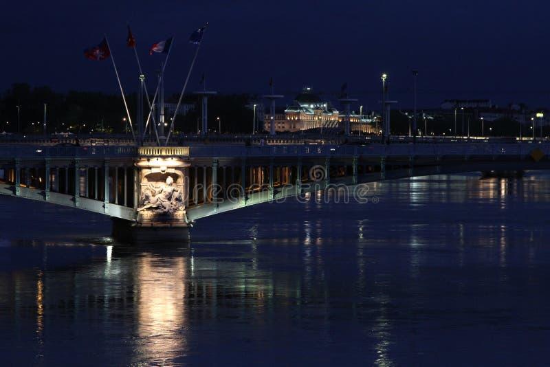 El río Rhone en Lyon por noche imágenes de archivo libres de regalías