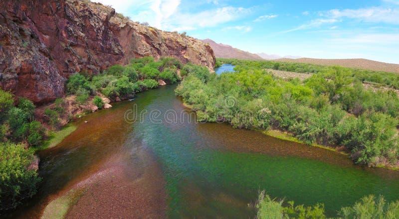 El río Salt: El fluir a la derecha al lado de peñasco del mapache en Arizona (visión panorámica) fotos de archivo libres de regalías