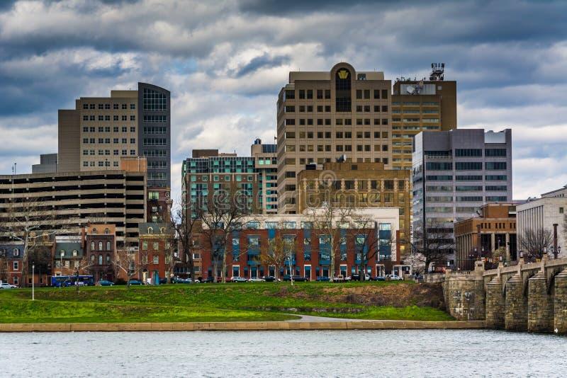 El río Susquehanna y los edificios en centro de la ciudad, en Harrisburg, fotografía de archivo libre de regalías