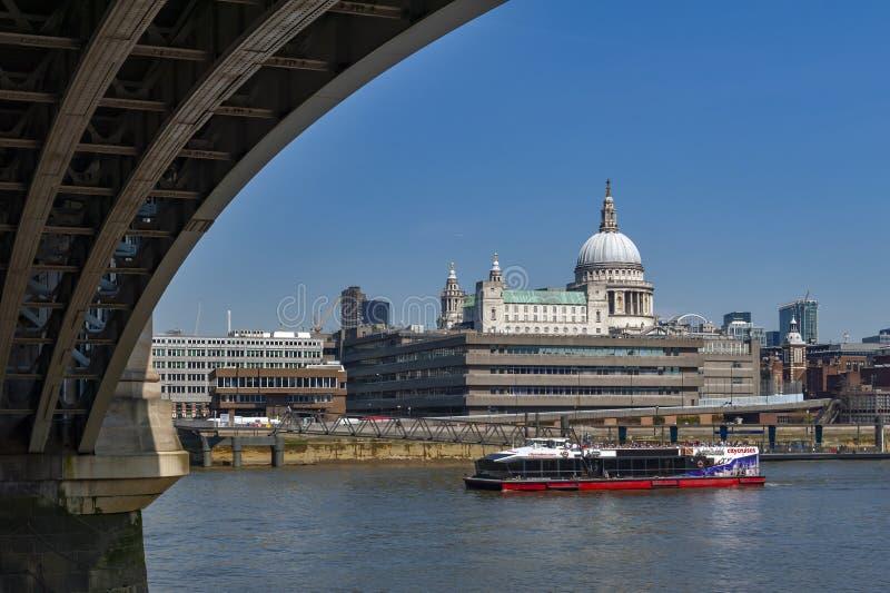 El río Támesis debajo del puente de Blackfriars con la vista religiosa del St Paul Cathedral, famoso y reconocible de Londres en  imagen de archivo