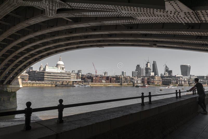 El río Támesis debajo del puente de Blackfriars con la vista religiosa del St Paul Cathedral, famoso y reconocible de Londres en  foto de archivo libre de regalías
