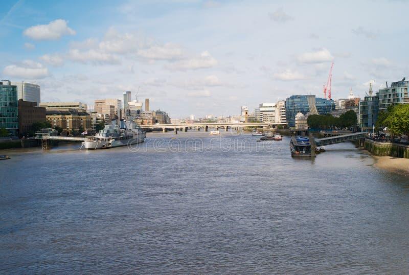 El río Támesis en la ciudad de Londres con HMS Belfast fotos de archivo libres de regalías