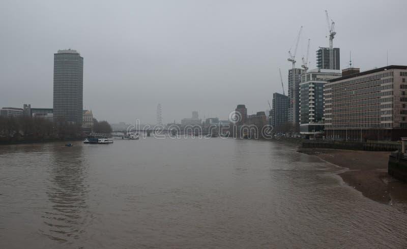 El río Támesis en Londres central, por una mañana de niebla gris fotos de archivo