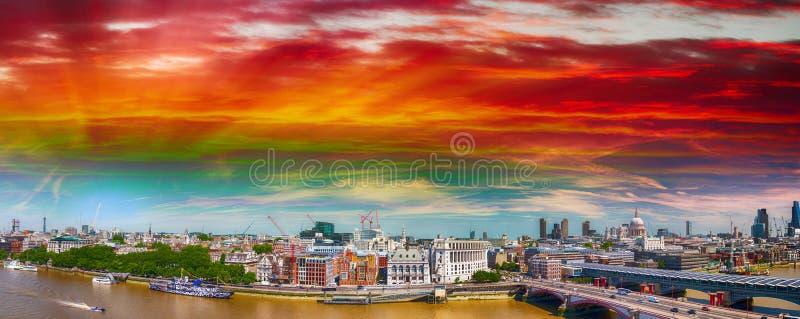 El río Támesis en Londres, la vista a la orilla del norte y la catedral foto de archivo libre de regalías
