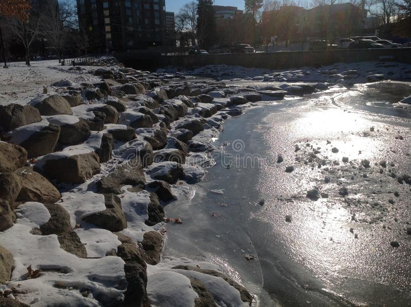 El río Truckee congelado imagen de archivo