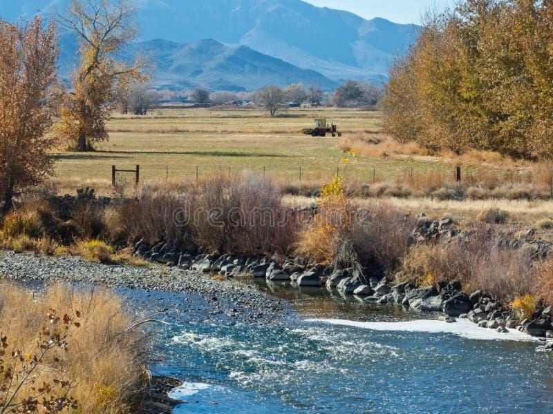 El río Truckee a través de Wadsworth, Nevada fotos de archivo