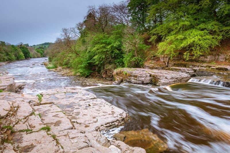 El río Ure fluye sobre Aysgarth más bajo cae imagen de archivo