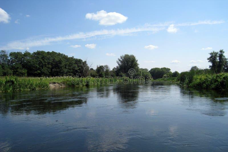El río y el cielo fotos de archivo libres de regalías