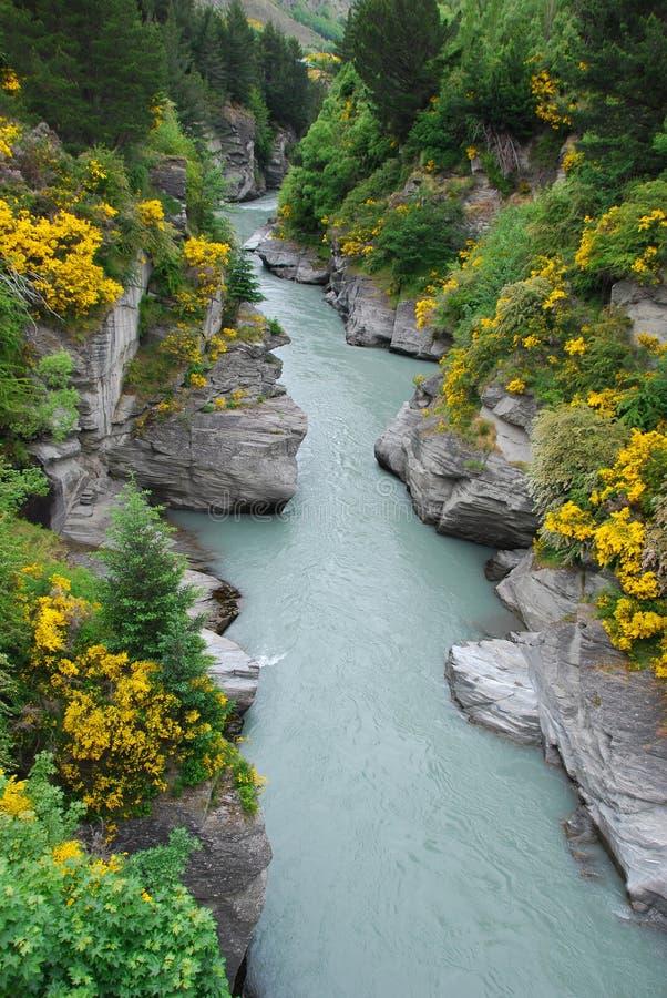 El río y el acantilado foto de archivo