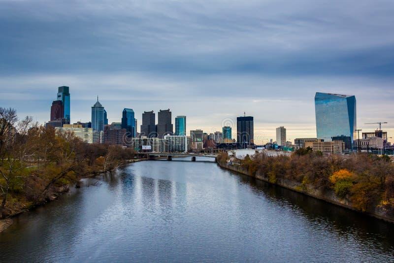 El río y el horizonte de Schuylkill en Philadelphia, Pennsylvania fotografía de archivo libre de regalías
