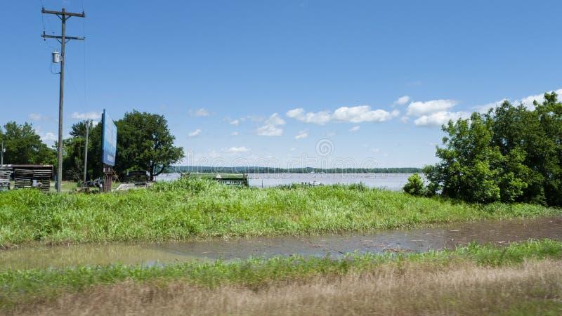 El r?o Arkansas cerca de las ca?das de Webbers, Oklahoma, durante la inundaci?n 2019 de la primavera fotografía de archivo libre de regalías