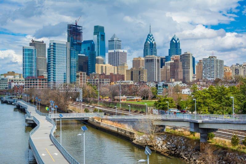 El r?o y el horizonte de Schuylkill vistos del puente del sur de la calle, en Philadelphia, Pennsylvania fotos de archivo libres de regalías