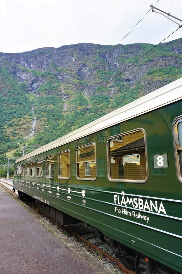 El railcar de Flamsbana se sienta en la estación de Flam, Noruega fotos de archivo