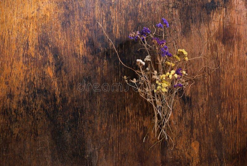 El ramo de campo seco florece en fondo de madera del vintage imágenes de archivo libres de regalías