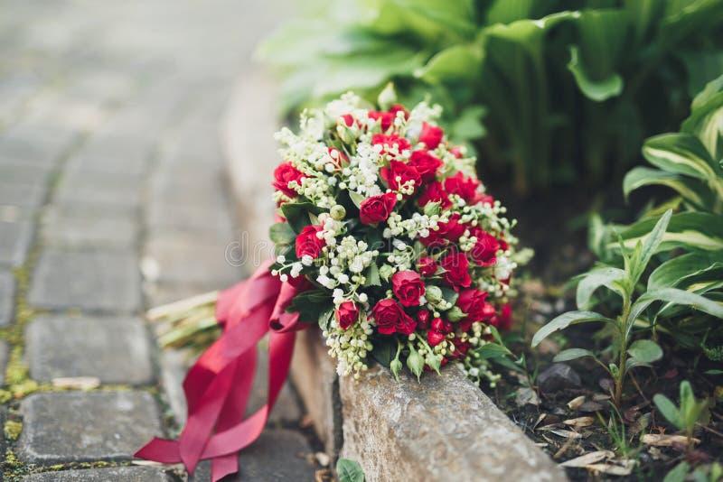El ramo de flores y de verdor hermosos está en la hierba verde foto de archivo