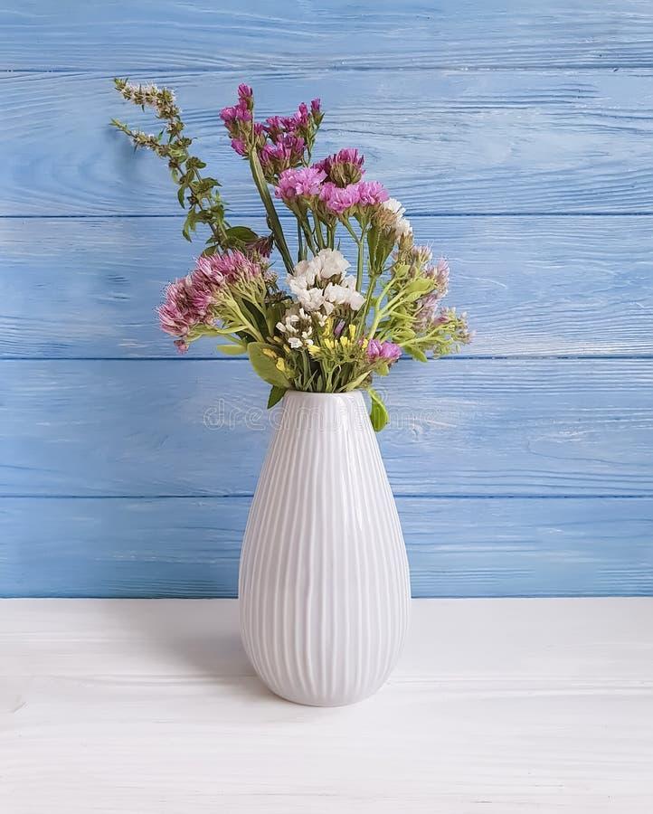 El ramo de otoño florece, el florero, composición de la elegancia del vintage del diseño en un fondo de madera imagen de archivo