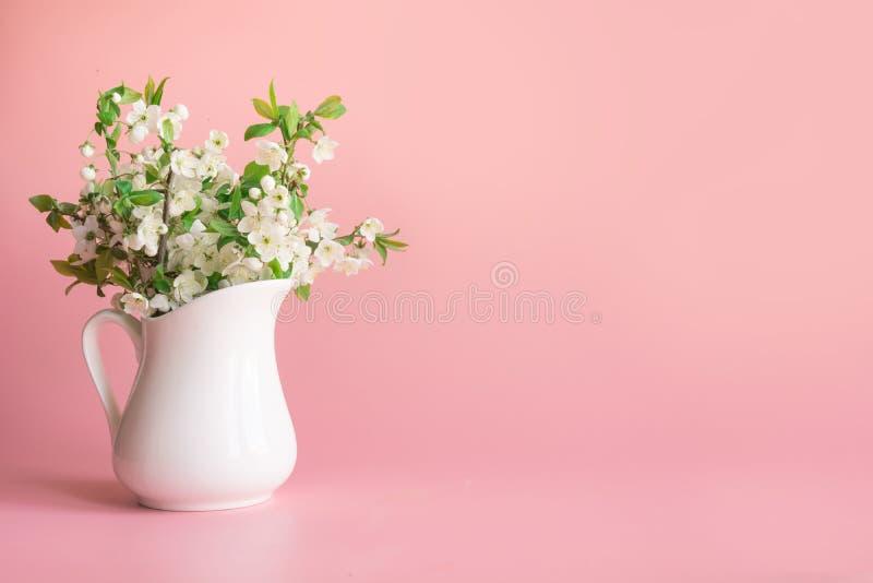 El ramo de rama de la flor de cerezo en florero en colores pastel palidece - rosa foto de archivo