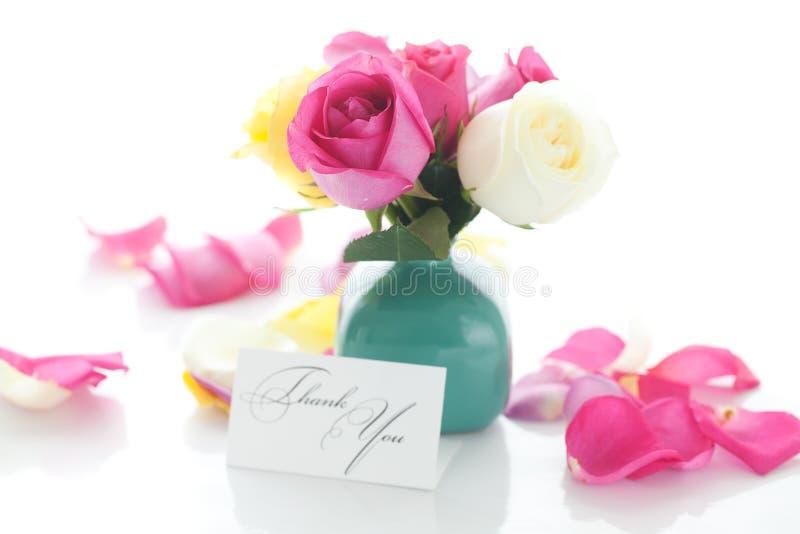 Rosas coloridas en florero y tarjeta imagenes de archivo