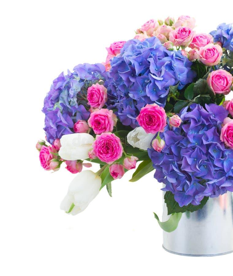 El ramo de tulipanes blancos, de rosas rosadas y de hortensia azul florece imagen de archivo