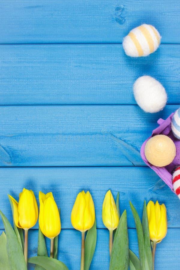 El ramo de tulipanes y de huevos de Pascua amarillos frescos envolvió la secuencia de lana imágenes de archivo libres de regalías