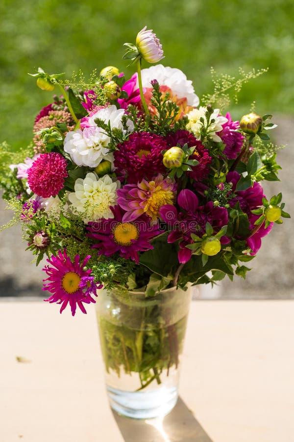 El ramo del otoño, otoño florece, fondo verde, bouqu del cumpleaños fotografía de archivo libre de regalías
