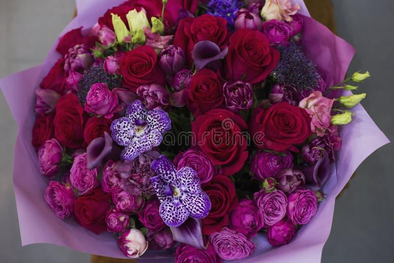El ramo elegante grande de flores en estilo rústico en mano de la mujer fotos de archivo libres de regalías