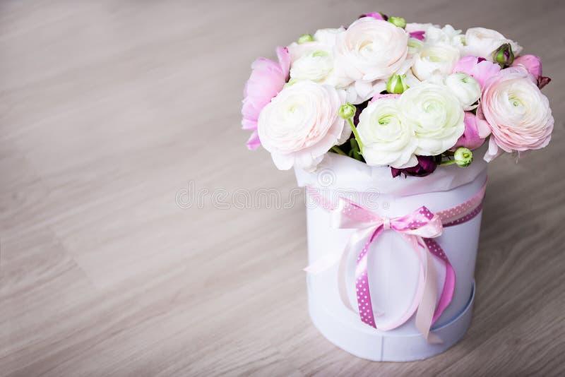 El ramo grande de verano florece en la caja redonda blanca en la tabla de madera imagen de archivo libre de regalías