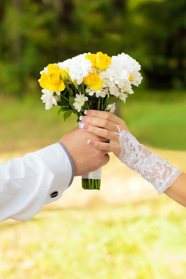 El ramo guarda la novia y al novio fotografía de archivo