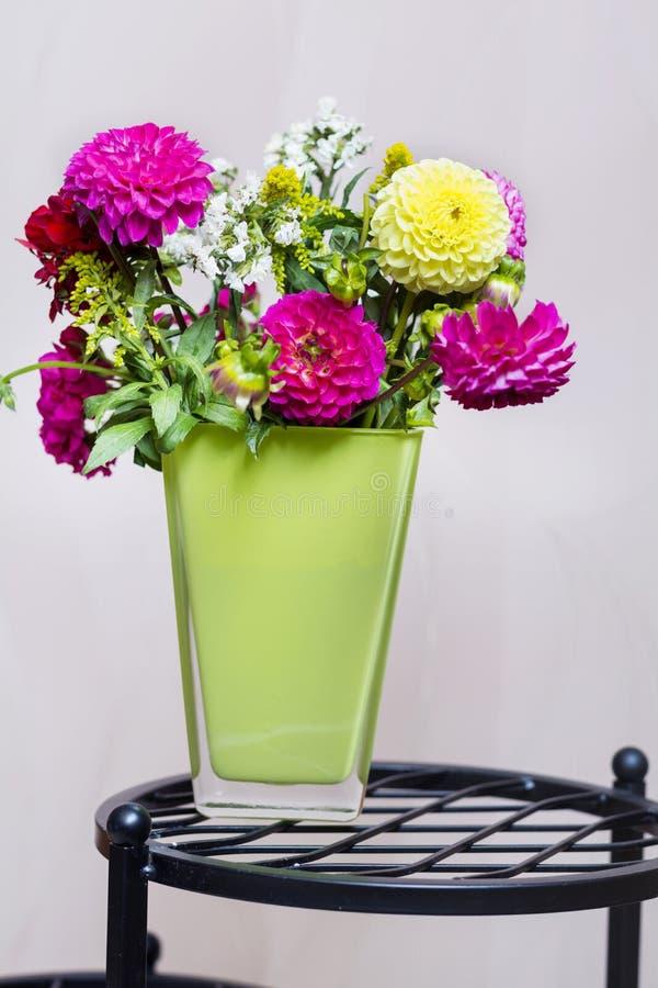 El ramo hermoso de crisantemos florece en florero verde imagen de archivo libre de regalías