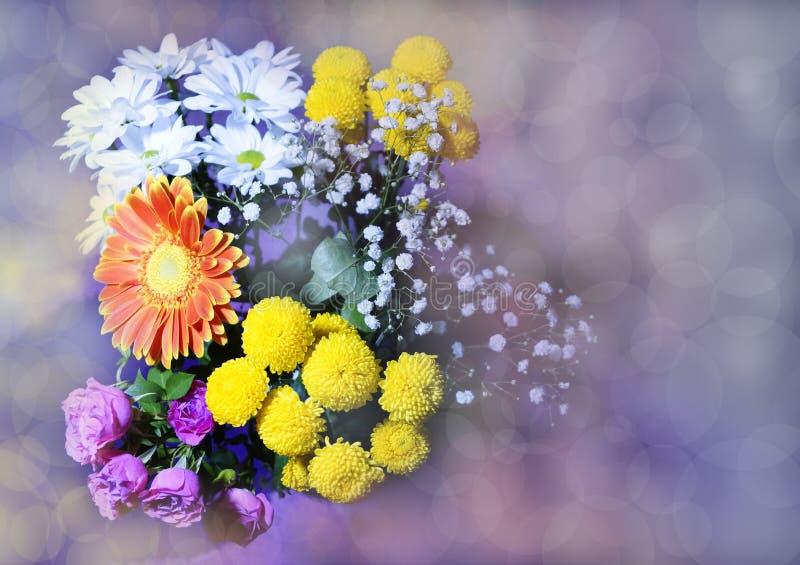 el ramo hermoso de gerbera florece rosas y el chrysanthe amarillo foto de archivo libre de regalías