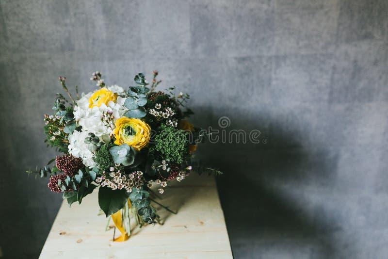 El ramo hermoso delicado de flores se cierra para arriba imagen de archivo