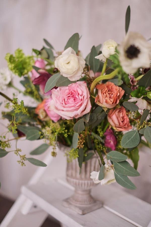 El ramo nupcial del otoño de flores se coloca en la escalera de mano blanca de la escalera imagen de archivo