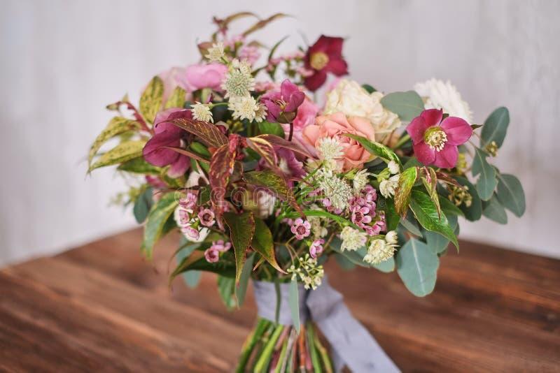 El ramo nupcial del otoño de flores se coloca en una tabla de madera marrón foto de archivo libre de regalías
